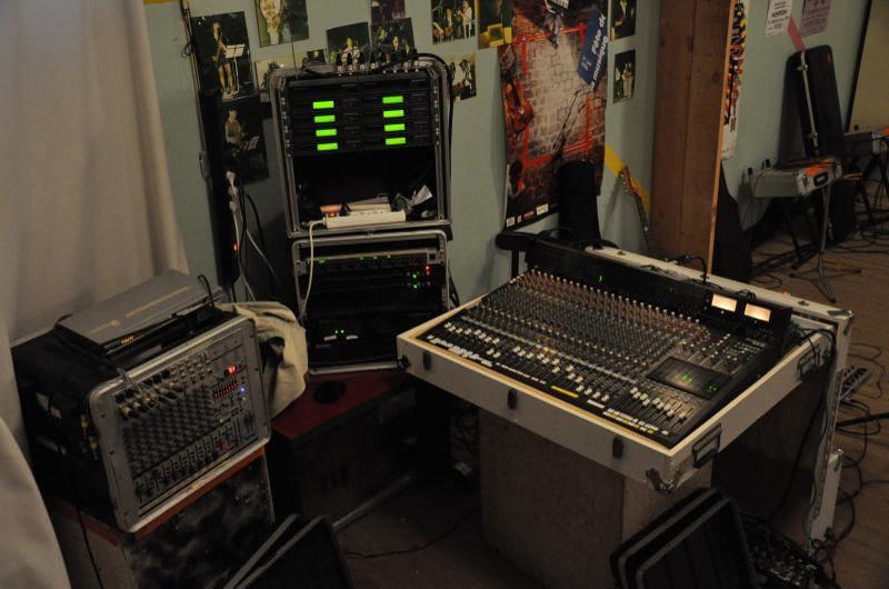 Console Mackie 24.8.2 de gestion des retours pour ears monitor, centrale HF Senheiser et console de mixage retour batterie (Behringer)