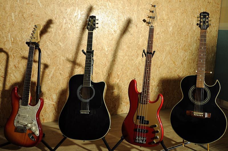 Fender Stratocaster, Jasmine by Takamine, Fender Precision, Epiphone